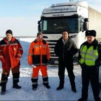 На трассе Омск-Тюмень полицейские помогли водителю большегруза, застрявшего в кювете