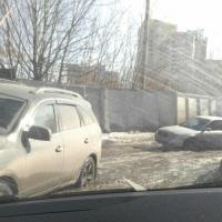 Омичи жалуются на затопленную улицу в центре города