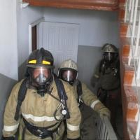 Омские пожарные вывели из задымленного подъезда 10 человек