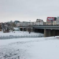 На Комсомольском мосту демонтировали незаконную рекламу