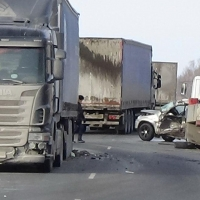 На трассе Тюмень – Омск при столкновении трех грузовиков погиб мужчина