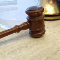 Судебные приставы помогли пострадавшей омичке в получении денег от владельца автобуса