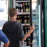 Уголовное дело возбудили в отношении продавца, отпустившего алкоголь несовершеннолетнему омичу