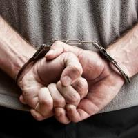 Омские полицейские задержали мужчину с наркотиками в кармане