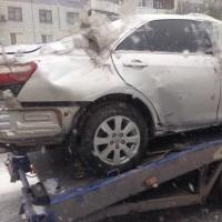 В Омске разъяренный мужчина избивал свой автомобиль металлическим баллоном