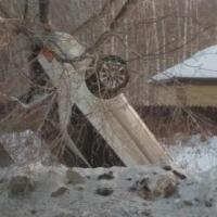 В Омске автомобиль улетел в кювет и замер колесами вверх