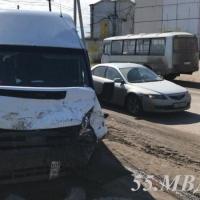В результате столкновения ПАЗа и маршрутки пострадали пятеро омичей