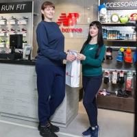 New Balance подарил пару обуви омичке с самым большим размером ноги в России