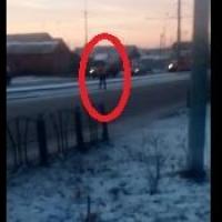 По Омску бегает полуголый мужчина и бросается под машины