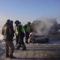 Омские сотрудники ГИБДД спасли трех человек из горящего автомобиля