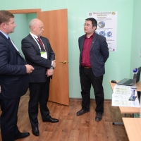 Виктору Назарову представили омский проект быстрого определения плодородности почвы