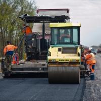 На омских дорогах уже уложено почти 21,5 тысяч тонн асфальта