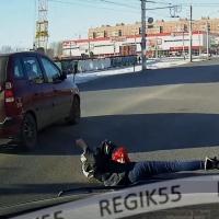 В Омске на пешеходном переходе задавили девочку, разговаривавшую по телефону