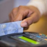 В Омске охранники елочного базара потратили 6 тысяч с найденной карточки