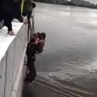 Двое омичей спасли 3-летних девочек, упавших в Иртыш