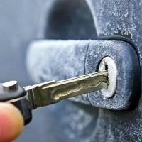 Как открыть замок автомобиля в мороз?