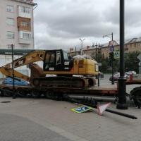 Тягач не вписался в поворот и снес ограждение в Омске