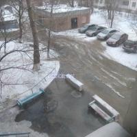 Один из омских дворов заливает водой