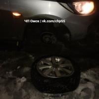 В Омске возле ТЦ «Континент» несколько автомобилей получили повреждения в дорожной яме