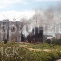 После взрыва на омской стройке начался пожар (фото и видео)