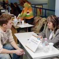 Выпускникам омских детдомов помогают в поиске работы