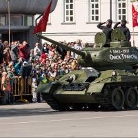 В Омске по Соборной площади проехался танк Т-34