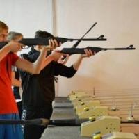 Физрука из омской школы, где ученица выстрелила из винтовки, наказали