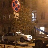 В Омске эвакуатор повредил машину, припаркованную на тротуаре