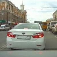 Развернувшегося через двойную сплошную водителя с номерами ААА оштрафовали