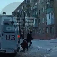 Омские школьники успели перебежать дорогу перед «скорой» на пешеходном переходе