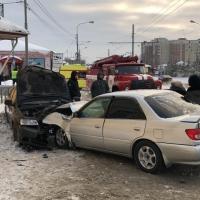 На омской дороге, разделенной трамвайными путями, произошло лобовое столкновение авто