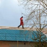 В Омске кровельщика, сорвавшегося с крыши пятиэтажки, спас сугроб