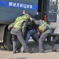 Омич заявил, что у его друга полицейские украли деньги при досмотре