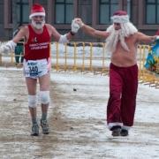 Иностранные бегуны готовятся к рождественскому полумарафону в холодильниках