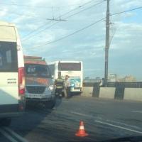 В Омске на Ленинградском мосту в тройном ДТП с автобусом пострадали пять человек