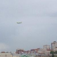Омичей заинтересовало длительное кружение самолета над городом