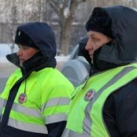 Сотрудники ГИБДД помогли омичу, вставшему на трассе из-за поломки авто