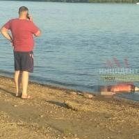 Омичи отдыхали на пляже рядом с утопленником