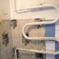 Омский пенсионер не пускал в квартиру слесарей для ремонта стояка
