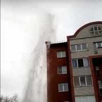 В омском дворе из-под земли забил фонтан выше пятиэтажного дома