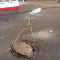 Омичи продолжают воровать и разрушать крышки канализационных люков