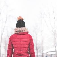 В Омске пропала 9-летняя школьница в красном пуховике