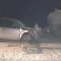 В Омской области «Тойота» врезалась в стоящий на дороге КамАЗ