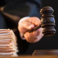 Молодой житель Омской области признан виновным в сбыте наркотиков и грабеже