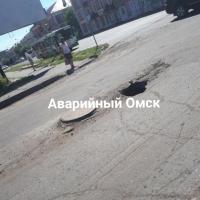 В Омске на пешеходном переходе появилась «яма неизвестной глубины»