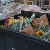 Омичи обсуждают фото с забитым цветами мусорным контейнером