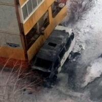 В Омске сгорела «ГАЗель», вплотную припаркованная к балкону многоэтажки