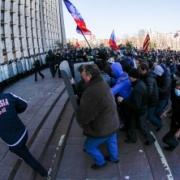 В Донецке и Харькове захватили здания администрации и вывесили российский флаг
