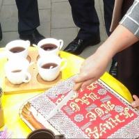 В честь открытия обновленного бульвара Мартынова мэра Омска угостили тортом