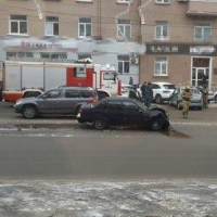 В центре Омска три иномарки не поделили дорогу
